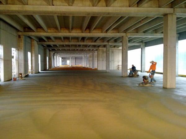 Pavimento-in-cemento-showroom-Cadelbosco-di-sopra